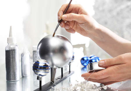 painting decorating: Christmas decorations factory, the position of decorating glass ornaments
