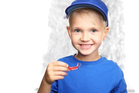 교정 치과, 중괄호를 가진 작은 소년