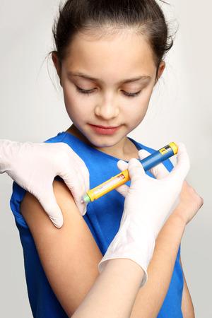 inyeccion: La diabetes en niños, niño toma la insulina Foto de archivo