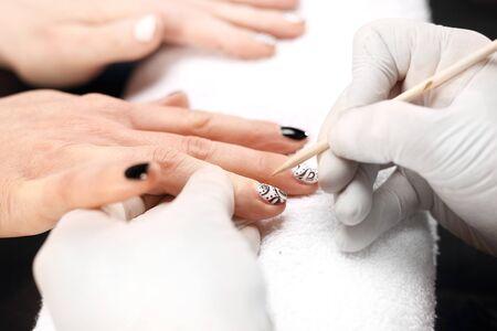 manicura: El patrón en la uñas de manicura blanco y negro