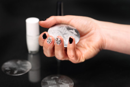 nail bar: Decorating nails, stamped method