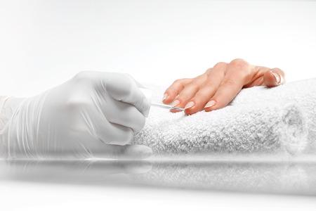 salon de belleza: French manicure. Hands woman during a manicure salon Foto de archivo