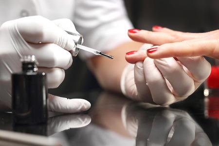 Rote Maniküre. kosmetischen Farblackanstrichnägel Lizenzfreie Bilder