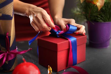 Regali di imballaggio per vacanze. Natale Archivio Fotografico - 47476108