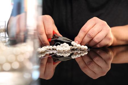 Create jewelry, threading beads