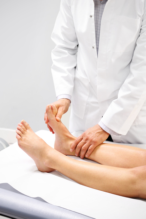 fractura: Fisioterapia, masaje piernas Foto de archivo