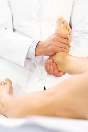 fisico: El ortopedista m�dico, fisioterapeuta examina la pierna del paciente