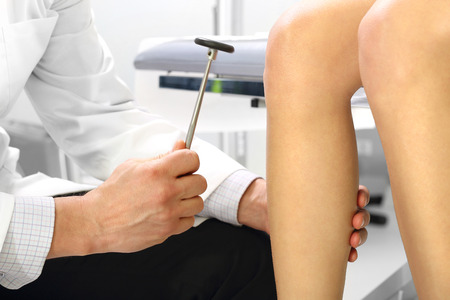 fractura: La mujer en el médico y neurólogo