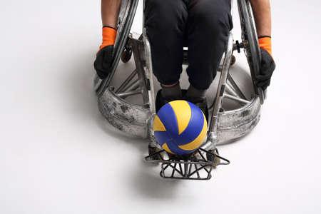 salud y deporte: Balonmano en una silla de ruedas. El hombre de la silla de ruedas deportiva con la pelota Foto de archivo