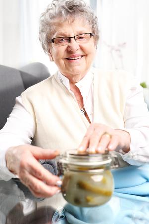 cocina antigua: conservas de la abuela, delicioso lugar los frascos para el invierno