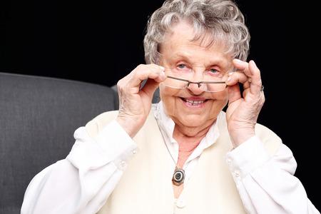 hombres negros: mujer mayor alegre. Alegre, sonriente anciana sentada en la silla