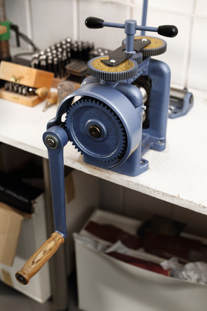 to tinker: Metalwork, jewelry tools. Workshop tools, rolling mill