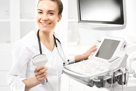 sonogram: sonograma cámara, el médico que realiza el examen de ecografía