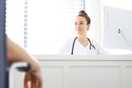 historia clinica: Doctor que habla con el paciente en el consultorio médico Foto de archivo