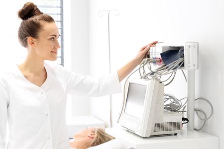 signos vitales: El paciente en la sala de recuperaci�n, el m�dico Observado monitor de signos vitales Foto de archivo