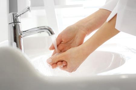 Der Arzt wäscht seine Hände, die Hände vor der Operation zu desinfizieren