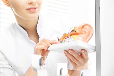 Otolaryngologist, the selection of a hearing aid for a child. Construction of the ear, hearing prosthetics lab Stockfoto