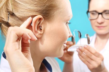 Los audífonos modernos. La elección de la prótesis de oído en el consultorio del médico Foto de archivo