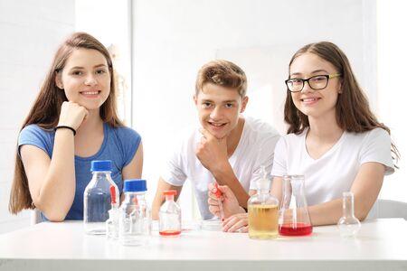 experimento: Colegiala realiza la experiencia química. Foto de archivo