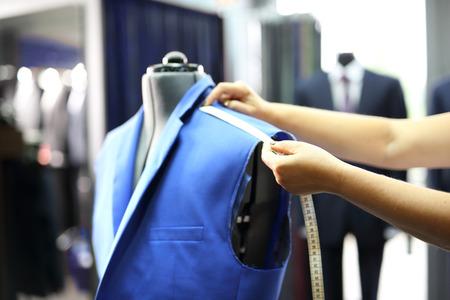 男性の仕立て屋、あつらえのスーツ。生産工場では、裁縫婦のため縫製ジャケット