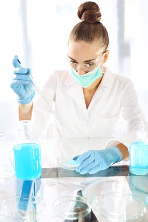 contaminacion del agua: Químico que trabaja en el laboratorio científico