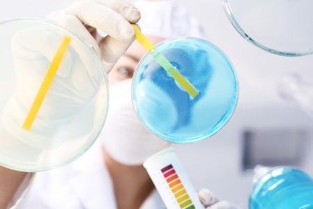 Test di durezza dell'acqua in laboratorio. Chimico in laboratorio esamina un campione di acqua contaminata Archivio Fotografico - 62897834