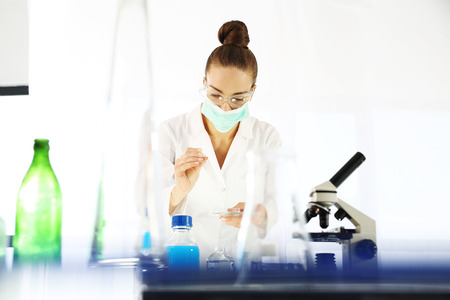 overol: Laboratorio. Químico que trabaja en el laboratorio científico