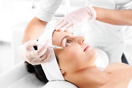 Die Injektion von Botox. Kosmetische wurde Frau injiziert Gesicht Standard-Bild - 67548257