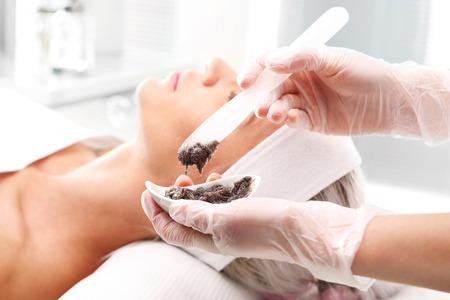 Schokolade-Maske. Kosmetikerin Maske auf das Gesicht der Frau angewendet Standard-Bild - 67548259