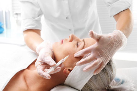 Nadel Mesotherapie. Kosmetische wurde Frau injiziert Gesicht Standard-Bild