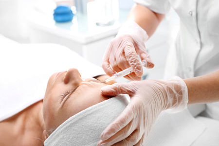 Injectie van cosmetische ingespoten vrouwengezicht Stockfoto