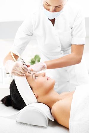 Diamante microdermoabrasione. Relaxed donna nel corso di un trattamento di microdermoabrasione nel salone di bellezza Archivio Fotografico - 67548509