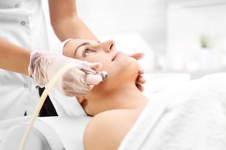 Diamante microdermoabrasione. Relaxed donna nel corso di un trattamento di microdermoabrasione nel salone di bellezza Archivio Fotografico - 67548513