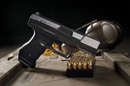 Glock pistola, cartuchos y auriculares protegen los oídos