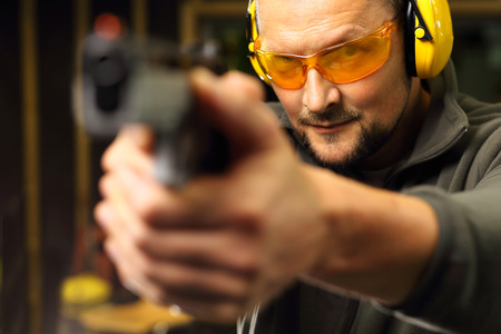 hombre disparando: Disparar con un arma de tiro