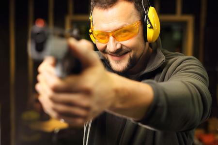 tiro al blanco: Deporte campo de tiro. El hombre en el campo de tiro.