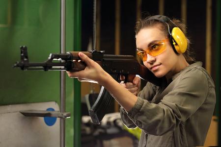 tiro al blanco: La mujer del campo de tiro disparó desde un rifle. Foto de archivo