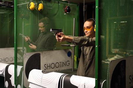 The woman at the shooting range. Standard-Bild