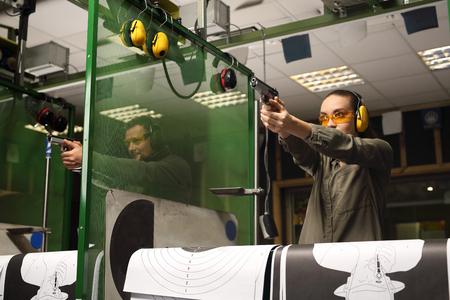 Aprender a disparar un arma. Foto de archivo