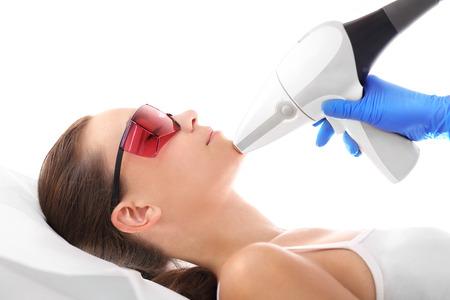 Laser-Haarentfernung Gesicht. Kosmetische Klinik, eine Frau während der Laser-Haarentfernung Gesichts Standard-Bild - 67967045
