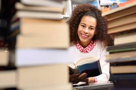 persona leyendo: Examen de estudio en la biblioteca. Foto de archivo
