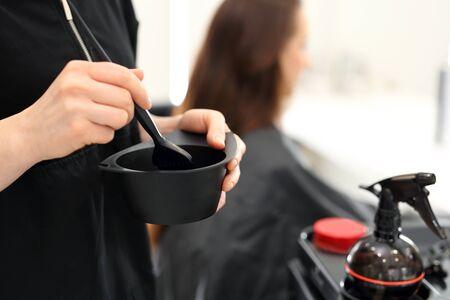 tinte cabello: el teñido del cabello. tinte para el cabello barbero se aplica con un pincel Foto de archivo