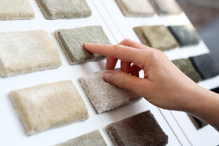 ピッカーのカーペット。カーペット ショップで女性がカーペット プローブを選択します。