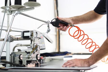 L'impianto di produzione, la pulizia della macchina da cucire