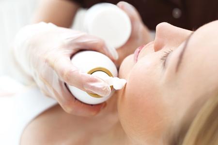 skin care woman: Woman in a beauty salon, facial skin care