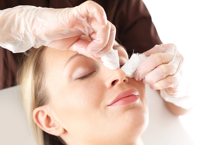 Manual facial cleansing. Cleansing facial skin, blackheads squeezed beautician. Standard-Bild
