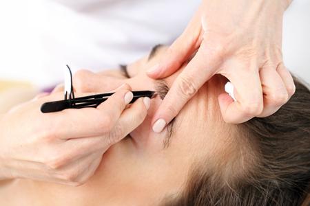 アイブロウツィザー。美容 depilated 眉毛クライアント、右の形を与えること
