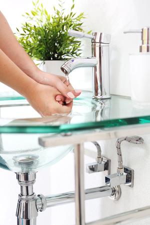 manos limpias: Clean hands, wash your hands in the bathroom. Foto de archivo