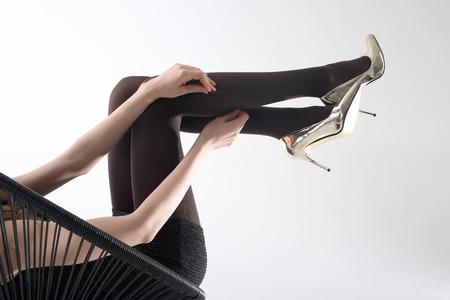 Meias pretas, belas pernas femininas.