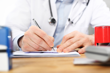 Medical prescription. The doctor writes a prescription. Imagens